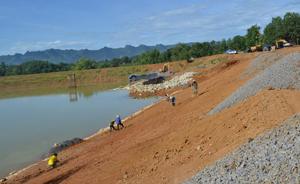 Đơn vị thi công đẩy nhanh tiến độ để hoàn thành kế hoạch sửa chữa, nâng cấp các hạng mục thuộc công trình hồ Vốc (Xuất Hóa, Lạc Sơn).