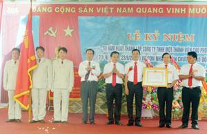 Thừa ủy quyền của Chủ tịch nước, đồng chí Nguyễn Văn Quang, Chủ tịch UBND tỉnh trao Huân chương Lao động hạng nhất cho Công ty TNHH MTV Cao Phong.