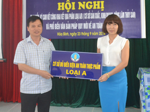 Lãnh đạo Chi cục Quản lý chất lượng nông lâm sản và thủy sản trao biển xếp loại A cho Công ty TNHH Minh Trung sản xuất cháo.