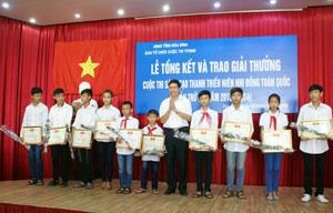Đại diện BTC Cuộc thi trao giải cho các giải pháp đạt giải.