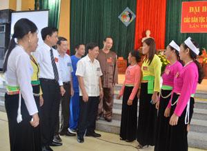 Đồng chí Phó Chủ tịch UBND tỉnh Bùi Văn Khánh trò chuyện với các đại biểu DTTS huyện Kỳ Sơn tham dự đại hội.