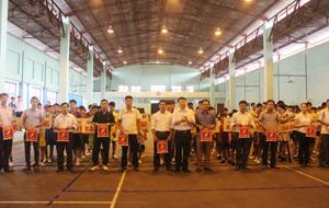 BTC trao cờ lưu niệm cho các đoàn về tham dự giải.