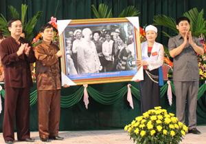 Đồng chí Nguyễn Văn Dũng, Phó Chủ tịch UBND tỉnh tặng đại hội bức tranh Bác Hồ với đồng bào DTTS.