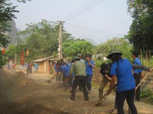 Sau buổi lễ phát động, các ĐV-TN và bà con nhân dân xã Nam Thượng tiến hành dọn dẹp, đắp phủ lề đường.