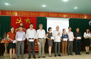 Đại diện BCĐ tỉnh trao thưởng cho các tập thể có thành tích trong phát hành xổ số tình thương.