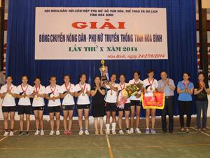 Lãnh đạo Sở VH, TT & DL và Hội Phụ nữ tỉnh trao huy chương vàng và cúp cho đội nữ TP Hoà Bình.