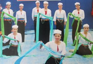 CLB dân ca xóm Bán Ngoài tham gia biểu diễn, giao lưu văn nghệ  trong các ngày lễ, tết.