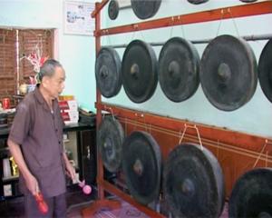 Ông Bùi Văn Khóa, xóm Bãi Chạo, Tú Sơn (Kim Bôi) bên dàn chiêng được lưu giữ tại gia đình.