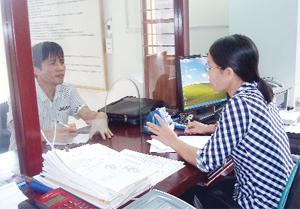 Thực hiện Chỉ thị số 29 của BTV Tỉnh ủy, đội ngũ CB-CC BHXH tỉnh đã tăng cường kỷ luật hành chính, nếp sống văn hóa nơi công sở, tạo điều kiện thuận lợi cho các tổ chức, cá nhân đến làm việc.  Ảnh: P.V