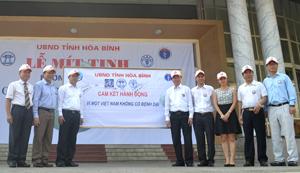 Đồng chí Nguyễn Văn Dũng, Phó Chủ tịch UBND tỉnh cùng lãnh đạo một số bộ, ngành T.Ư ký cam kết hành động vì một Việt Nam không có bệnh dại.