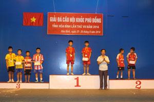 BTC trao huy chương ở nội dung đôi nam tiểu học.