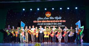 Đồng chí Trần Đăng Ninh, Phó Bí thư TT Tỉnh ủy và lãnh đạo Ủy ban MTTQ tỉnh tặng hoa cho các đoàn tham gia biểu diễn tại đêm giao lưu.