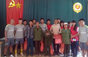 Ban huấn luyện và các VĐV đội tuyển xe đạp tỉnh tặng quà cho các gia đình chính sách tại xã Lũng Vân (Tân Lạc).