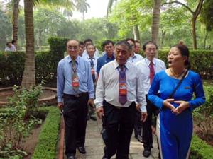 Đoàn đại biểu Việt kiều tham quan Phủ Chủ tịch.