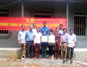Đại diện Hội đồng Đội huyện, lãnh đạo UBND xã, các ngành đoàn thể xóm tặng quà, hỗ trợ gia đình em Tươi.