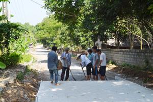 Thực hiện CVĐ toàn dân đoàn kết xây dựng đời sống văn hóa gắn với xây dựng NTM, Ban công tác mặt trận xóm Suối Rè, xã Cư Yên đã vận động nhân dân hiến đất, tháo dỡ công trình để làm đường giao thông nông thôn.