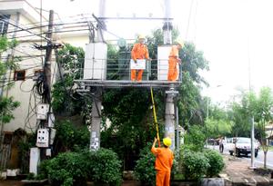 Công nhân Điện lực thành phố Hòa Bình có mặt kịp thời, xử lý sự cố an toàn tại trạm biến áp số 4, tổ 8, phường Phương Lâm (TP Hòa Bình).