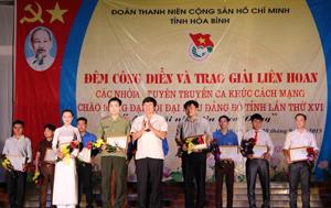 Đồng chí Trần Đăng Ninh, Phó Bí thư TT Tỉnh ủy trao giải nhất cho ĐTTCKCM Công an tỉnh.