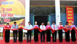 Các đồng chí lãnh đạo tỉnh cắt băng khai trương triển lãm phòng trưng bày bảo tàng.