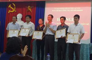 Khen thưởng 5 cá nhân có thành tích xuất sắc trong công tác dân số giai đoạn 2011 - 2015.