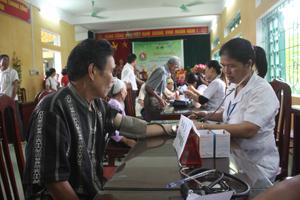 Các y, bác sĩ và tình nguyện viên khám chữa bệnh nhân đạo cho đối tượng gia đình chính sách và cán bộ cách mạng.