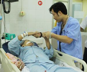 Bác sỹ Tạ Huy Kiên, Phó trưởng khoa Hồi sức cấp cứu bệnh viện Đa khoa tỉnh  khám, điều trị  cho bệnh nhân Nguyễn Thị Dụng.
