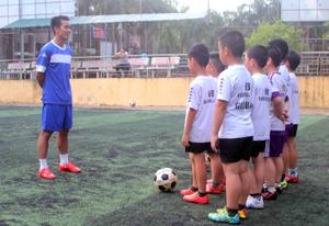 Một buổi tập luyện tại CLB bóng đá Sao Mai. .