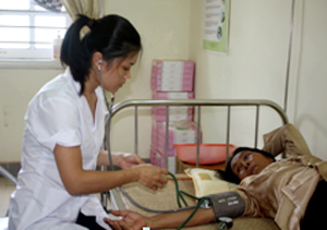 Hầu hết bác sĩ ở các tuyến đều thiếu nên ảnh hưởng không nhỏ việc chăm sóc sức khỏe nhân dân (Ảnh chụp tại bệnh viện Đa khoa thành phố Hòa Bình).