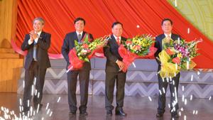 Thay mặt nhân dân các dân tộc trong tỉnh, đồng chí Hoàng Thanh Mịch, UVTV, Chủ tịch Ủy ban MTTQ tỉnh tặng hoa chúc mừng các đồng chí được Đại hội tín nhiệm bầu giữ các chức vụ Bí thư, Phó Bí thư Tỉnh ủy nhiệm kỳ 2015 – 2020.