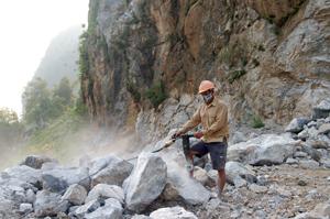 Công ty TNHH một thành viên Ánh Hồng, xã Bắc Sơn duy trì hoạt động ổn định, hiện đang khai thác và cung cấp vật liệu cho các công trình xây dựng trên địa bàn.