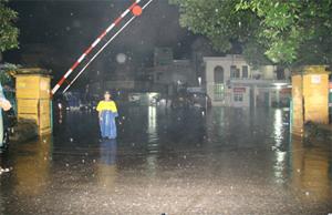 Bến xe Trung tâm (TP Hòa Bình) trong tình trạng ngập lụt bởi cơn mưa kéo dài ngày 17-18/9. Ảnh chụp lúc 5h30 sáng ngày 18/9