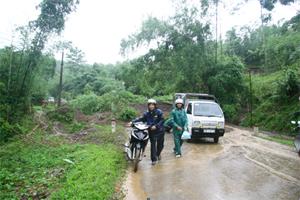 Ảnh: Hàng trăm m3 đất đá đổ xuống, gây ách tắc giao thông trên tuyến đường 12 B,  thuộc địa phận  xã Thanh Nông (Lạc Thủy) sang ngày 18/9./.