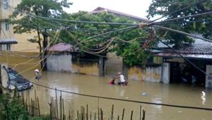 Nước dâng cao khoảng 1m làm ngập ô tô, xe máy, nhà cửa của nhân dân ở tổ 22, phường Tân Thịnh (TPHB). Ảnh chụp lúc 8h30' ngày 18/9.
