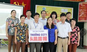 Đại diện lãnh đạo Hội LHPN tỉnh và một số sở, ban ngành, thành phố trao thưởng gói CCT1 - dự án CHOBA cho xã Thái Thịnh.