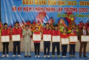 Lãnh đạo Sở VH,TT&DL trao bằng khen của Chủ tịch UBND tỉnh cho các cá nhân có thành tích xuất sắc trong tham gia giải thể thao toàn quốc năm 2015.