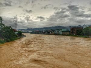Mưa lớn gây ngập nước tại xã Vũ Lâm làm gián đoạn giao thông trên quốc lộ 12B.