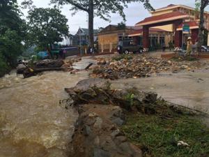 Mưa lớn gây đổ cây và sạt lở đất đá khu vực trước cổng UBND xã Cuối Hạ.