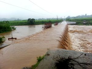 Ngầm tràn Nà Bái, xã Dũng Phong (Cao Phong) nước cuồn cuộn dâng cao trong nhiều giờ cản trở vịêc đi lại của nhân dân.
