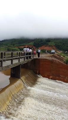 Ban chỉ huy PCTT&TKCN huyện Đà Bắc đi kiểm tra sự cố tại công trình liên hồ đang thi công tại xã Tu Lý.