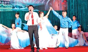 Tiết mục đơn ca tuyên truyền về biển, đảo của đội văn nghệ thị trấn Kỳ Sơn tham gia dự hội diễn NTQC huyện năm 2015.