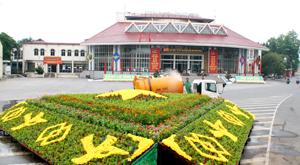 Công ty CP Môi trường đô thị Hòa Bình trang trí cảnh quan hạ tầng thành phố Hòa Bình phục vụ các sự kiện lớn của tỉnh.