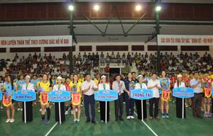 Các đồng chí lãnh đạo UBND tỉnh, Tổng cục TDTT và Sở VH,TT&DL tặng hoa và trao cờ lưu niệm cho các đội.
