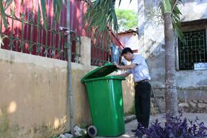 Người dân xã Hợp Thịnh (Kỳ Sơn) có ý thức bỏ rác đúng nơi quy định.