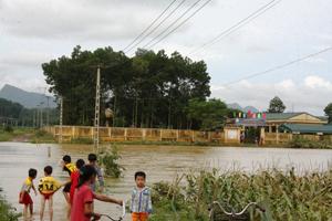 15 giờ, ngày 18/9, nước đã bắt đầu rút nhưng trường mầm non xã Tân Mỹ vẫn bị cô lập.