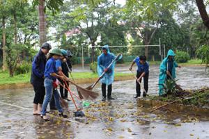 Ngay sau lễ mít tỉnh, các đoàn viên thanh niên tổ chức quét dọn thu gom rác thải tại một số điểm khu trung tâm huyện.