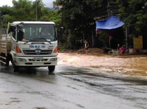 Mưa lớn đã gây ngập lụt, cục bộ, ảnh hưởng đến đời sống của nhiều hộ dân trên địa bàn thị trấn Cao Phong trong đêm và rạng sáng ngày 22/9.
