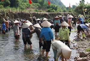 Ngay sau khi mưa lũ kết thúc, người dân xã Sơn Thủy (Kim Bôi) tập trung gia cố lại hệ thống bai dâng, kênh mương dẫn nước trên địa bàn.