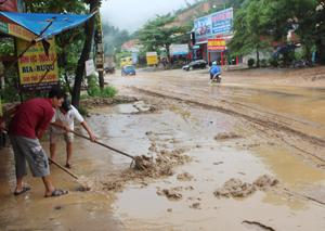 Mỗi khi trời mưa, người dân tổ 25 phường Đồng Tiến (TP Hòa Bình) lại phải tự dọn bùn, đất tràn vào nhà ở và vỉa hè.