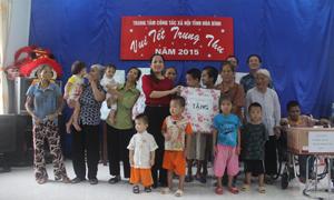 Lãnh đạo Sở LĐ, TB & XH trao quà cho các đối tượng tại Trung tâm.