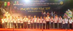 Lãnh đạo huyện Lạc Thủy trao quà cho các em học sinh có hoàn cảnh khó khăn.